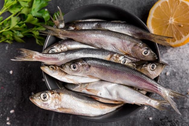 Menigte van tonijnvissen op plaat