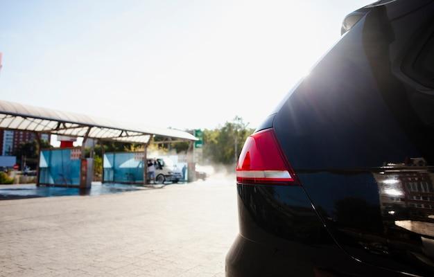 Mening aan een autowasserette van achterkant van een voertuig