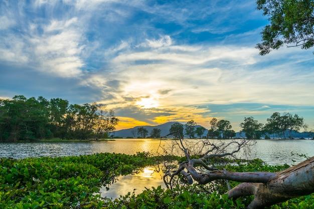 Mening bij het reservoir van klapphra, sriracha, chonburi, thailand