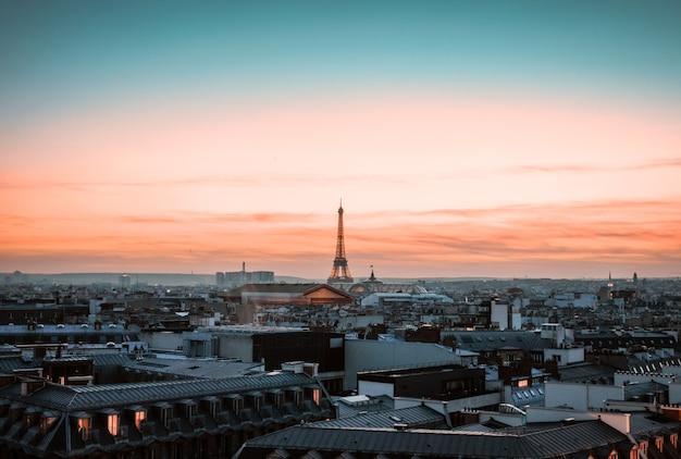 Mening over de toren van eiffel bij zonsondergang, parijs, frankrijk