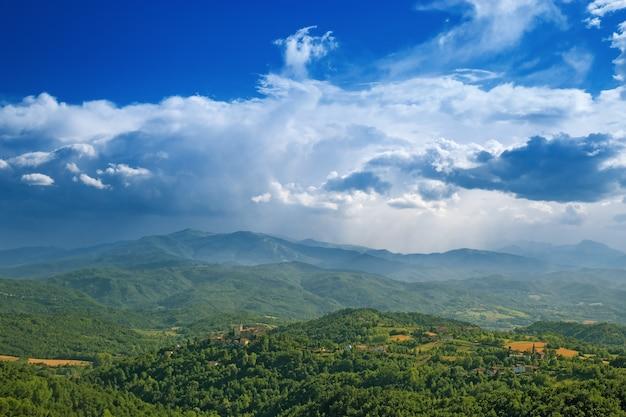 Mening over heuvelig terrein van het alba-gebied in noordelijk italië na een onweer.