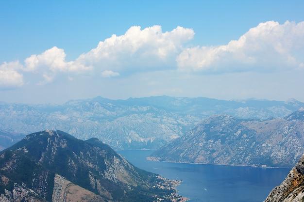 Mening over kotor-baai in montenegro, landschap