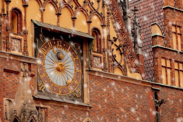 Mening over oude klok in stadhuis in wroclaw, polen