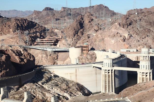 Mening van beroemd oriëntatiepunt de hoover-dam bij meerweide, nevada en arizona, de vs