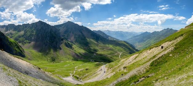Mening van col du tourmalet in de bergen van de pyreneeën