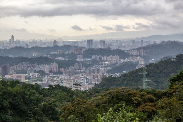 Mening van de aardstad van taipeh in taiwan van maokong-berg