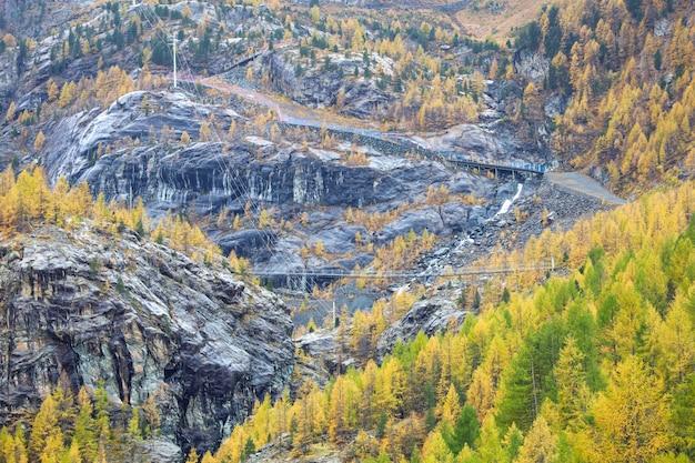 Mening van de berg van landschapsfuri in de herfstseizoen van kabelbaan in zwitserse zermatt