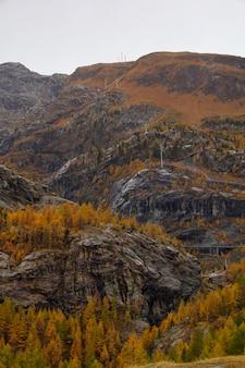 Mening van de berg van landschapsfuri in de herfstseizoen