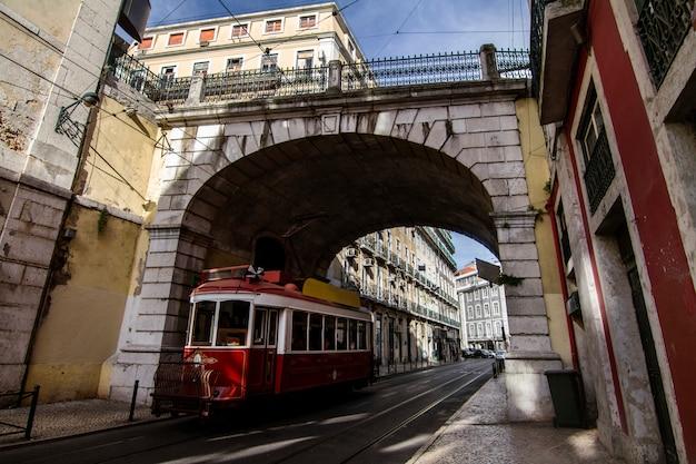 Mening van de beroemde uitstekende elektrische trams die in lissabon, portugal doorgeven.