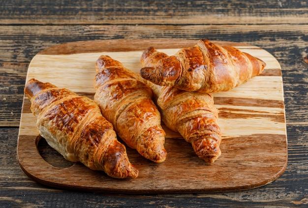 Mening van de croissant de hoge hoek over houten en scherpe raad