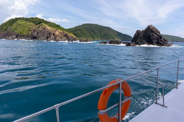 Mening van de cruise van het luxejacht in phuket, thailand