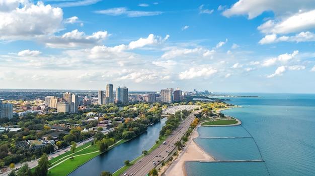 Mening van de de horizon de luchthommel van chicago van hierboven, stad van wolkenkrabbers de van de binnenstad van chicago en cityscape van meermichigan, illinois, de vs