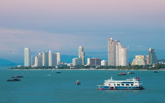 Mening van de de stads scape mooie baai van pattaya.