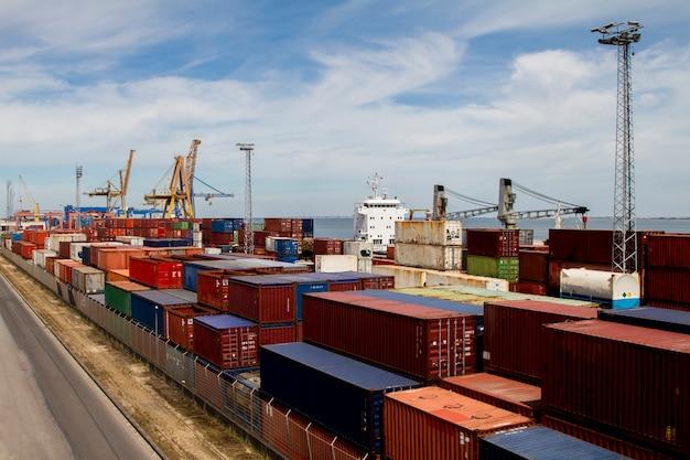 Mening van de dokken van de ladingscontainer die in lissabon, portugal wordt gevestigd.
