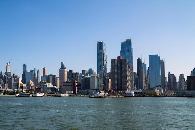 Mening van de horizon van manhattan van overzeese kant, new york