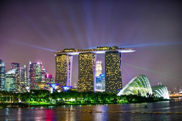 Mening van de horizonmening van singapore van wolkenkrabbers op marina bay