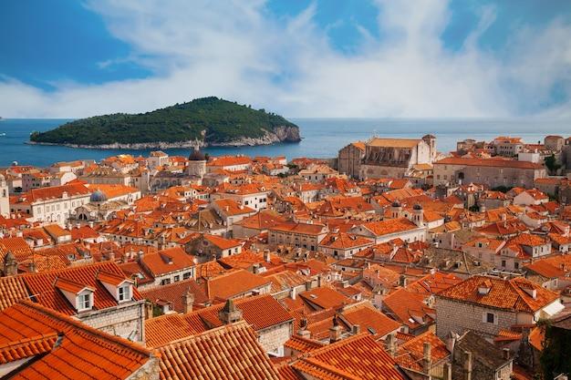 Mening van de oude stad van dubrovnik en het groene eiland lokrum in de verte, kroatië