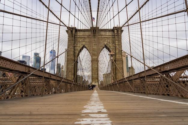 Mening van de voetgang van de brug van brooklyn in de stad van new york, de vs
