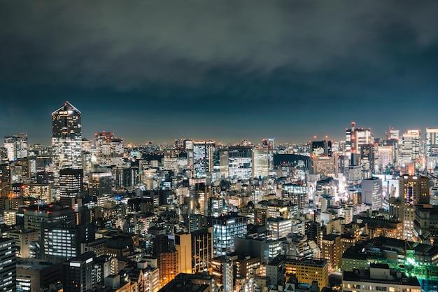 Mening van de wolkenkrabberbouw met gloeiend licht in de stad van de metropool