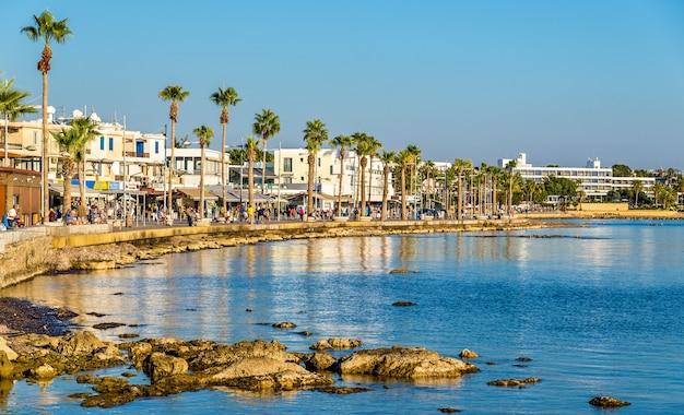 Mening van dijk bij de haven van paphos - cyprus