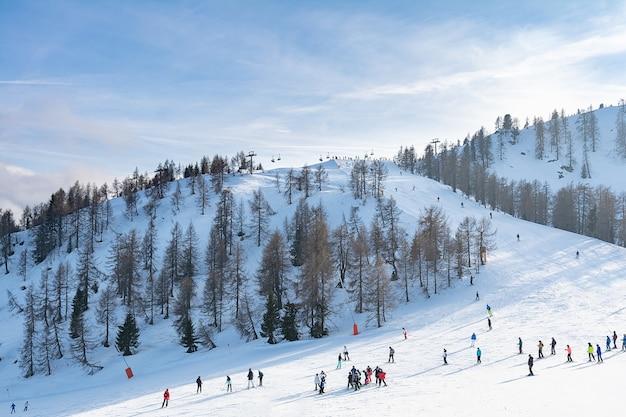 Mening van een groep mensen op een skihelling