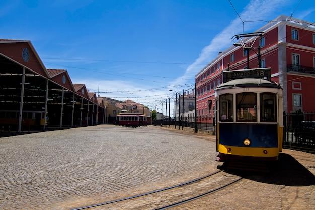 Mening van een museumstuk van de geschiedenis van elektrische trams in lissabon, portugal.