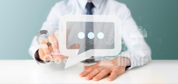 Mening van een zakenman die een berichtpictogram met gegevens op achtergrond houdt - het 3d teruggeven