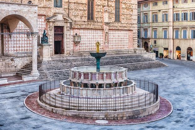 Mening van fontana maggiore, toneel middeleeuwse fontein in perugia, italië