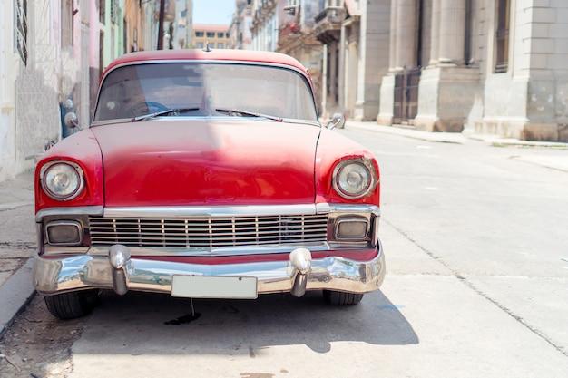 Mening van gele klassieke uitstekende auto in oud havana, cuba