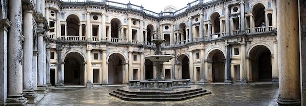 Mening van het belangrijkste centrale vierkant van de binnenkant van het klooster van christus op tomar, portugal.
