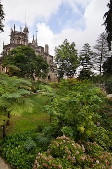 Mening van het belangrijkste mooie die gebouw in het park van quinta da regaleira, sintra, portugal wordt gevestigd.