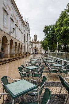 Mening van het belangrijkste recreatieve plein en de boog van vila op de stad van faro, portugal