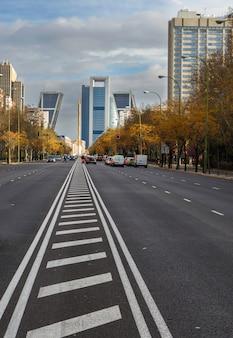Mening van het financiële en commerciële centrum van castellana avenue in madrid, spanje