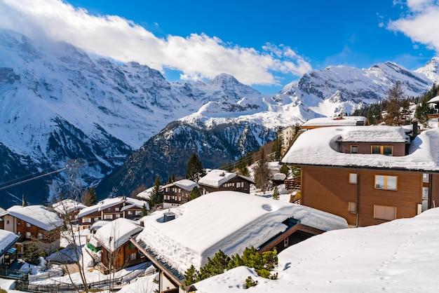 Mening van het huis dat met sneeuw bij murren village, zwitserland wordt behandeld