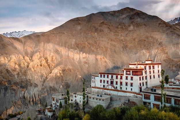 Mening van het klooster van landschapslamayuru in leh, ladakh, india