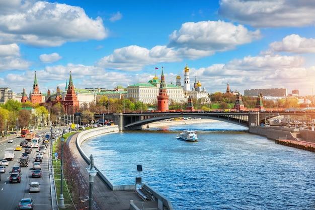 Mening van het kremlin van moskou tegen een zonnige bewolkte dag