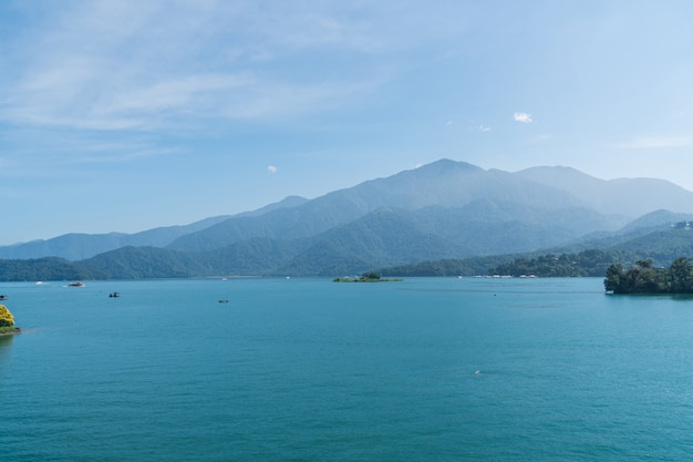 Mening van het meer in zonnige dag.