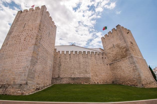 Mening van het oude vestingwerk van de stad van loule, portugal.