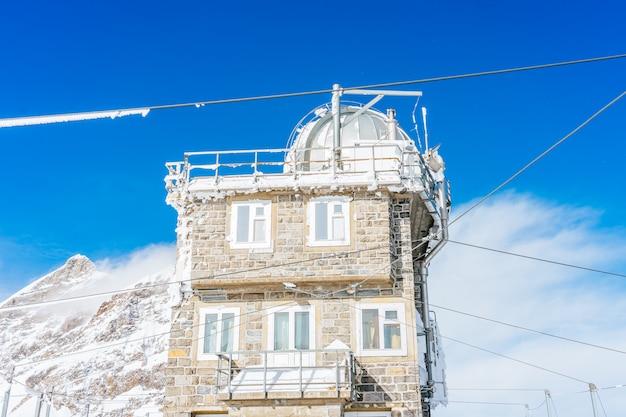 Mening van het sfinxobservatorium op jungfraujoch, één van de hoogste observatoria in de wereld die bij het jungfrau-station, bernese oberland, zwitserland wordt gevestigd.