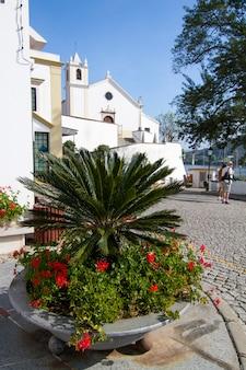 Mening van het stedelijke plein en de kerk op de alcoutim-stad die in portugal wordt gevestigd.