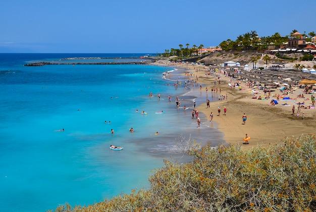 Mening van het strand van gr duque in costa adeje, tenerife, canarische eilanden, spanje.