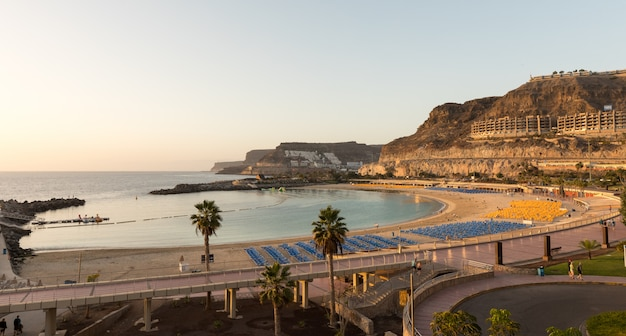 Mening van het volledige de baaistrand van playa de amadores op het eiland van gran canaria in spanje.