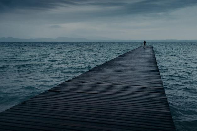 Mening van houten pijler over kust en blauwe hemel