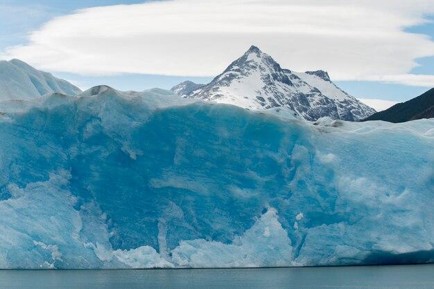 Mening van ijsberg in meer, grijze gletsjer, gray lake, het nationale park van torres del paine, patagonië, chili