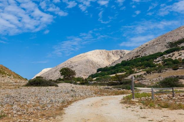 Mening van kale heuvels in stara baska, eiland krk in kroatië