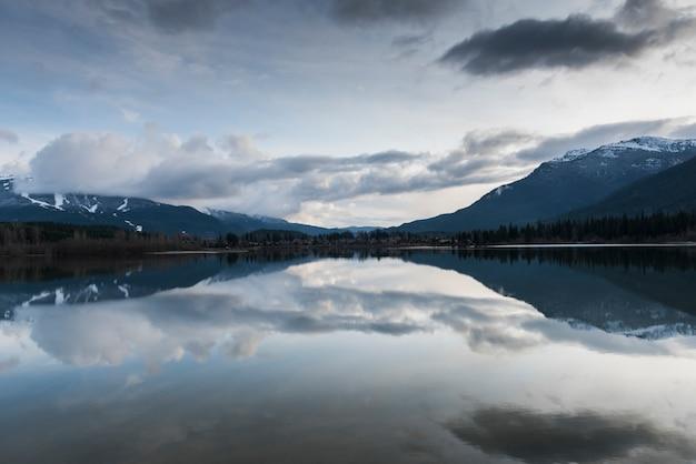 Mening van kalm meer met bergen, fluiter, brits colombia, canada