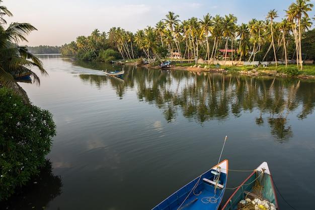 Mening van kanaal met boten op zonsondergang.