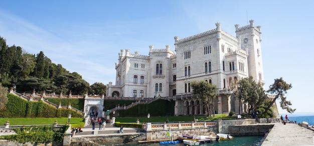 Mening van kasteel miramare, triëst - italië