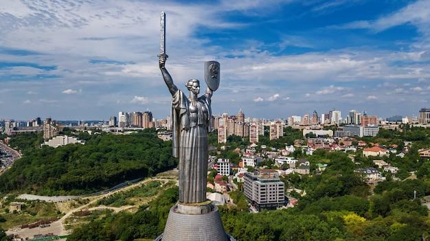 Mening van kiev met het standbeeldmonument van het vaderland op heuvels