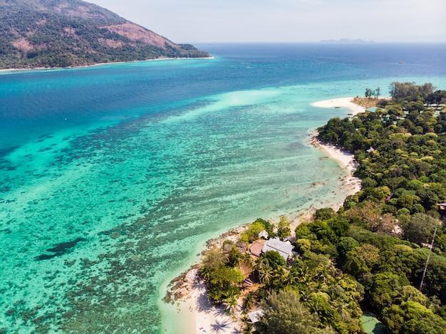Mening van koraalrif in smaragdgroene overzees bij lipe eiland